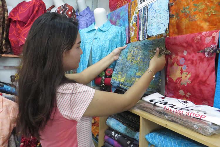 Tampil Beda Dengan Warna Warni Batik Abstrak